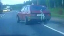Смотреть Машина едет полубоком