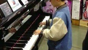 Смотреть Талантливый мальчик-пианист