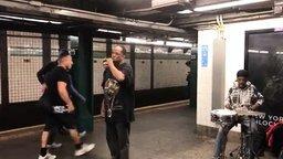 Талант поёт в метрополитене смотреть видео - 2:21
