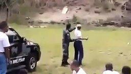 Женщина кидает гранату