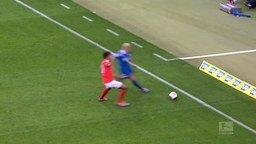 Смотреть Футболист налетел на оператора