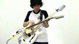 Смотреть Играет на двух гитарах сразу