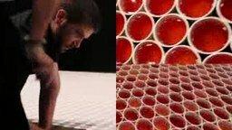Смотреть Картина из 66 000 стаканов воды