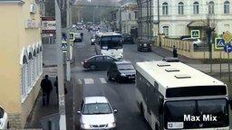 Смотреть Везучие пешеходы на дороге