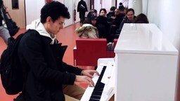 Смотреть Сыграл на пианино в аэропорту