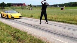 Смотреть Прыжок через движущийся автомобиль