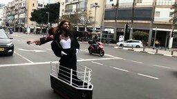 """Смотреть Забавный костюм а-ля """"Титаник"""""""