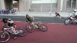 Смотреть Ветер уносит велосипедиста