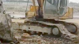 Смотреть Ловкий ремонт гусеницы экскаватора