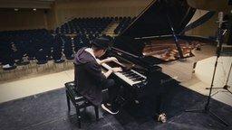 Смотреть Очень быстрая игра на фортепиано