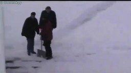 Дорога-лабиринт на снегу смотреть видео прикол - 2:16