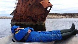 Смотреть Реакция сонного на ржавый корабль