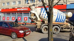 Смотреть Муж залил машину жены бетоном