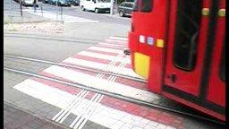 Смотреть На паллетах по трамвайным рельсам
