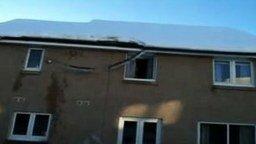 Смотреть Сбил снег вместе с крышей
