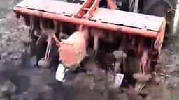 Трактор-перекапыватель смотреть видео прикол - 0:39