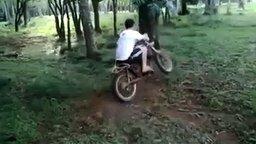 Смотреть Мотоциклист на тарзанке