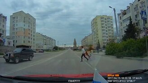Смотреть Собака-пешеход на задних лапах