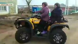 Смотреть Бабульки на квадроцикле
