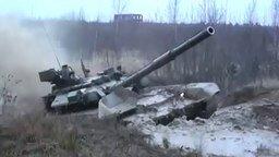 Смотреть Танк Т-90 против грязи