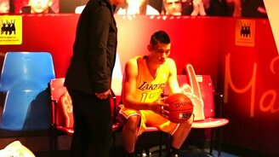 Настоящий баскетболист или восковой?