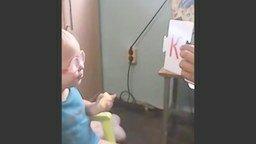 Смотреть Девочка учит алфавит