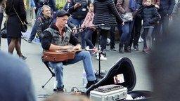Смотреть Безумная игра пальцами на гитаре