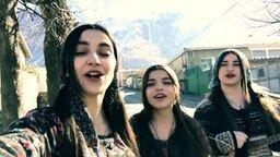 Смотреть Поёт грузинское женское трио