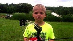Смотреть Шестилетний меткий стрелок из лука