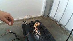Смотреть Заряжаем автоаккумулятор зарядником от ноутбука