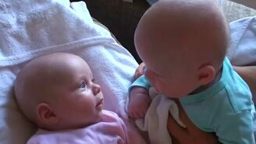 Смотреть Два малыша-близнеца общаются