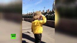 Смотреть Мальчик и военные на параде