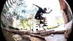 Смотреть Скейтбордисты-трюкачи на воде