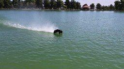 Смотреть Скольжение модели авто по воде