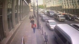 Смотреть Грузовик пронесло по городу