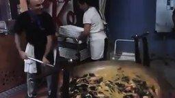 Смотреть Мастер обращения с гигантской сковородой