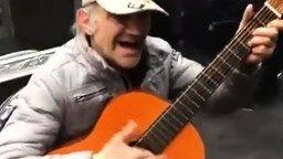 Смотреть Мелодия на гитаре и звуками голоса