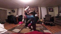 Смотреть Задорный танец сына и папы