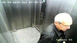 Смотреть Охранник красуется в лифте