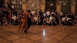 Смотреть Ловкий пышнотелый танцор