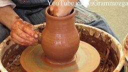 Смотреть Глиняный кувшин: изготовление на гончарном круге