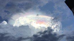 Смотреть Уникальное свечение в облаке