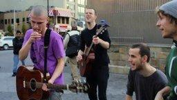 Смотреть Позитивный уличный музыкальный коллектив