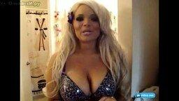 Смотреть Блондинка красит губки