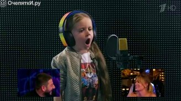 Смотреть Дети поют в наушниках