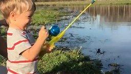 Смотреть Ловля рыбы на игрушечную удочку