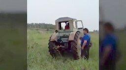 Смотреть Спасли лошадь из болота