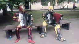 Смотреть Супергерои играют на аккордеонах