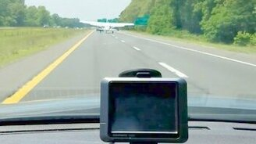 Приземление самолёта на трассу смотреть видео прикол - 0:45