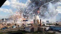 Смотреть Пожар на рынке фейерверков